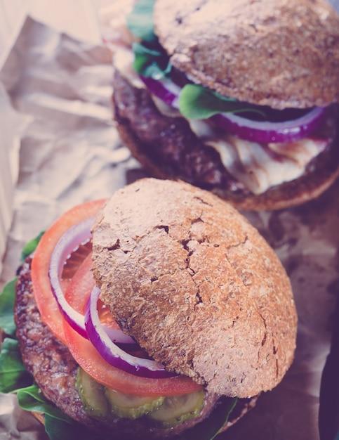 Deux Hamburgers Se Bouchent Dans Le Style Du Filtre Instagram. Photo Premium