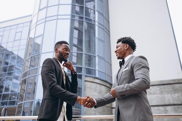 Deux homme d'affaires africain réunis Photo gratuit