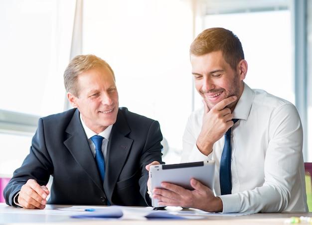 Deux, homme affaires, discuter, utilisation, tablette numérique Photo gratuit