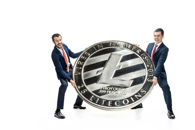 Deux Homme Décontracté Tenant L'icône De L'entreprise Photo gratuit