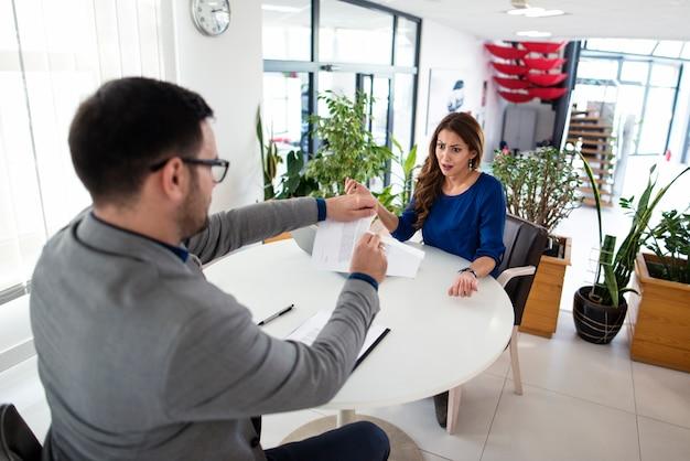Deux Hommes D'affaires Caucasiens Ayant Argument Lors De La Réunion Photo gratuit