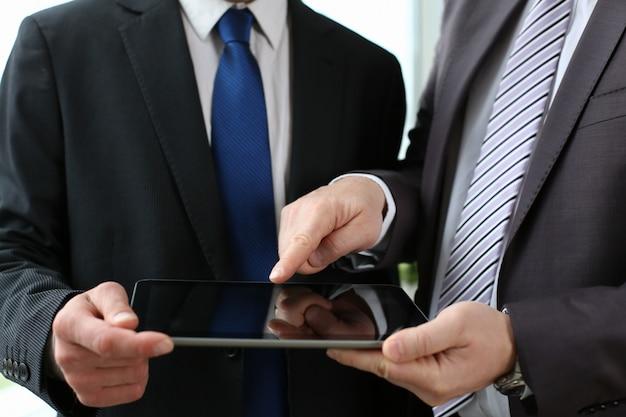 Deux Hommes D'affaires Cherchent Et Photo Premium