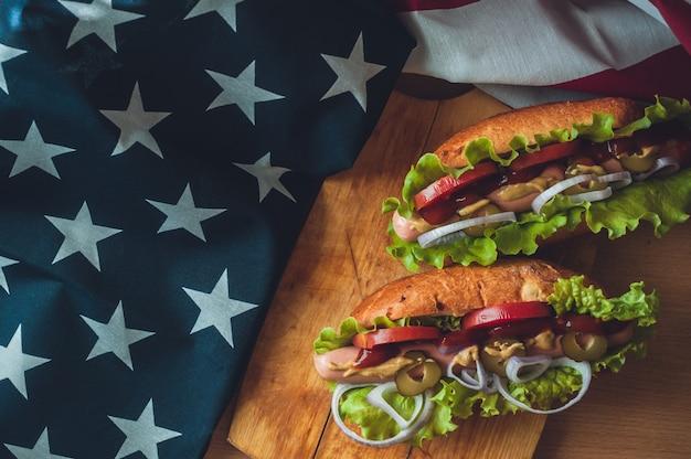 Deux, hot dogs, sur, a, planche bois, verres, à, cola, et, drapeau américain Photo Premium