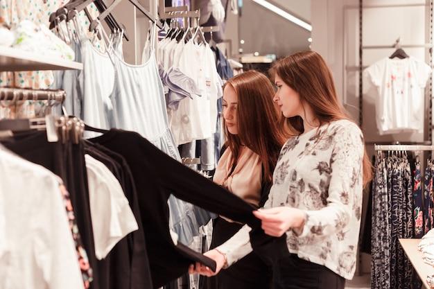 Deux, jeune femme, achats, dans, magasin Photo Premium