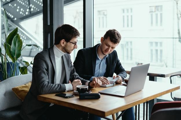 Deux Jeune Homme D'affaires Ayant Une Réunion Réussie Au Restaurant. Photo gratuit