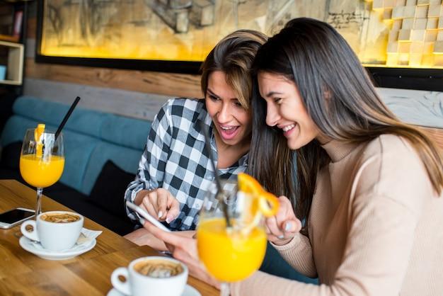 Deux Jeunes Amies Assis Dans Un Café Photo Premium