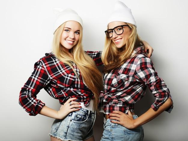 Deux jeunes amies debout ensemble et s'amuser. Photo Premium