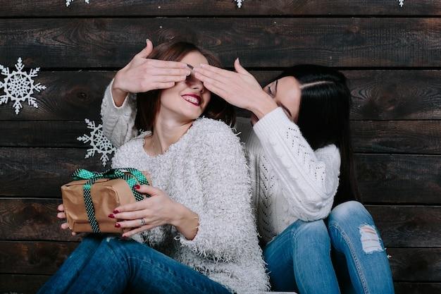 Deux Jeunes Amies S'amuser Photo Premium