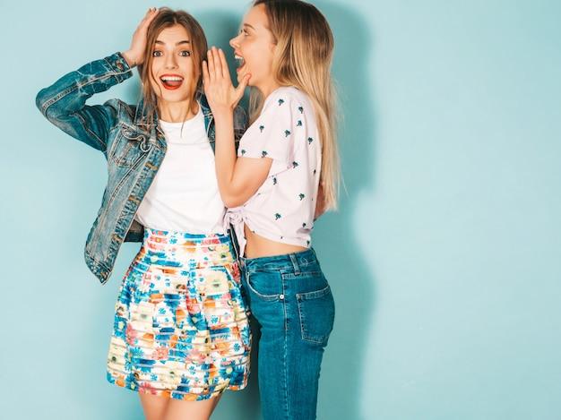 Deux Jeunes Belles Blondes Souriantes Filles Hipster Dans Des Vêtements Décontractés D'été à La Mode. Photo gratuit