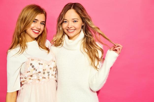 Deux Jeunes Belles Femmes Souriantes En Vêtements D'été Blancs à La Mode Photo gratuit