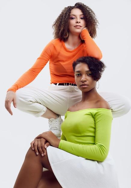 Deux Jeunes Belles Femmes En Vêtements D'été Colorés Photo Premium