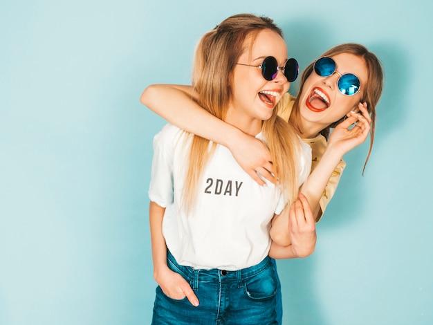 Deux Jeunes Belles Filles Hipster Blondes Souriantes En Jeans D'été à La Mode Jupent Les Vêtements. Photo gratuit