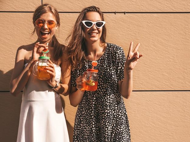 Deux Jeunes Belles Filles Hipster Souriantes En Robes D'été à La Mode. Photo gratuit