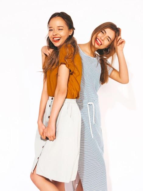 Deux Jeunes Belles Filles Souriantes Dans Des Vêtements Décontractés D'été à La Mode. Femmes Insouciantes Sexy. Modèles Positifs. Un Clin D'oeil Photo gratuit