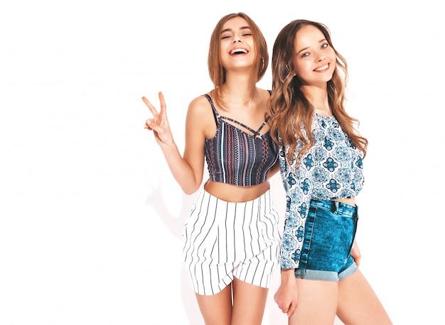 Deux Jeunes Belles Filles Souriantes Dans Des Vêtements D'été à La Mode. Femmes Insouciantes Sexy. Modèles Positifs Photo gratuit