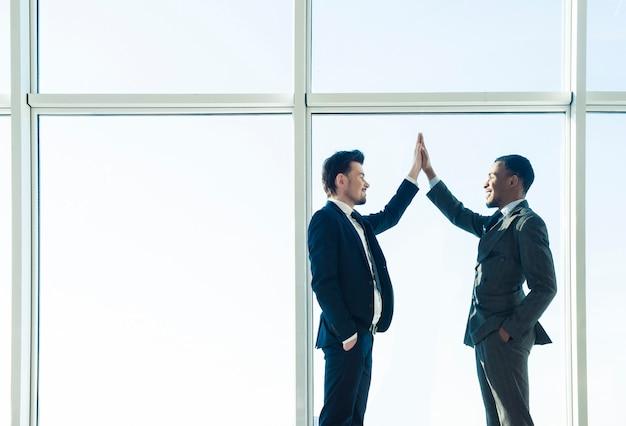 Deux jeunes entrepreneurs se serrent la main. Photo Premium