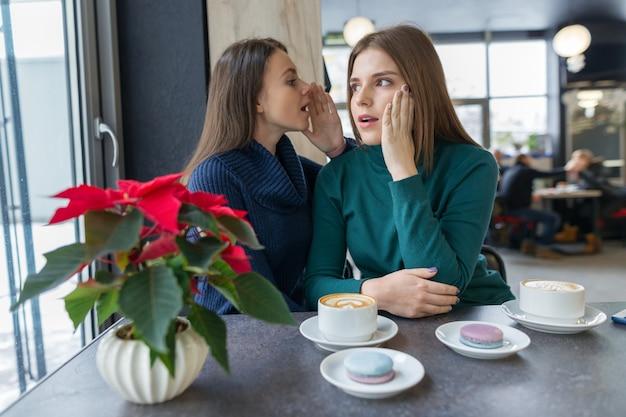Deux Jeunes Femmes Belles Secrètement Photo Premium