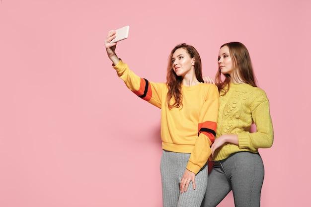 Deux Jeunes Femmes Gaies Parler Selfie Photo Premium