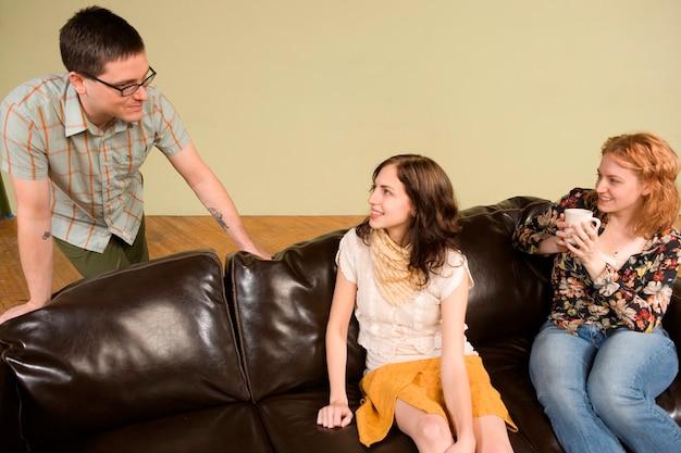 Deux jeunes femmes parlant à l'homme Photo Premium