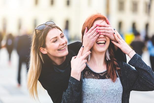 Deux Jeunes Femmes S'amusant Ensemble Photo Premium