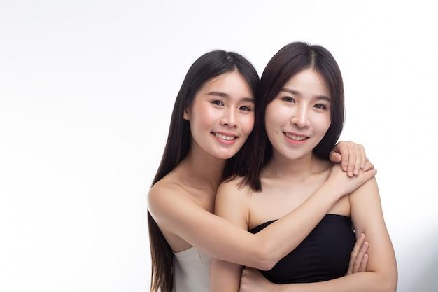 Deux jeunes femmes s'embrassent joyeusement. Photo gratuit