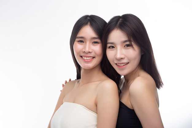 Deux jeunes femmes se sont heureusement levées par derrière. Photo gratuit
