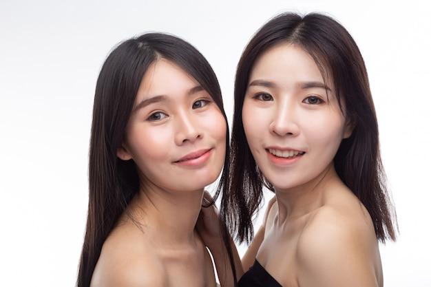 Deux jeunes femmes se tiennent joyeusement face à face. Photo gratuit