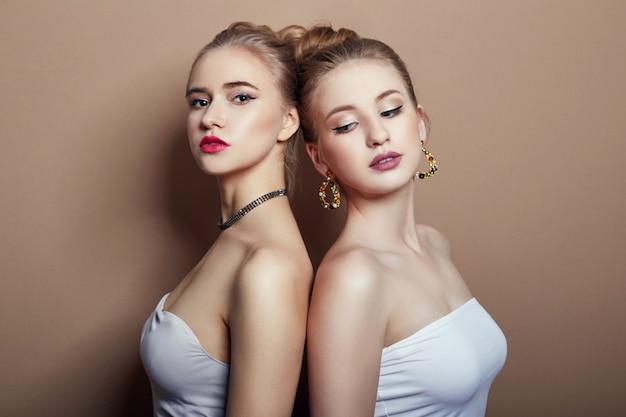 Deux Jeunes Filles Blondes De La Mode Sexy étreignant Photo Premium