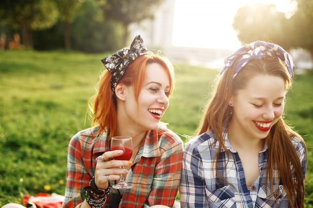 Deux jeunes filles heureuse dans le style pin-up Photo Premium