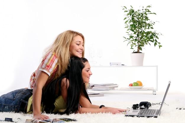 A Deux Jeunes Filles à La Maison Photo gratuit
