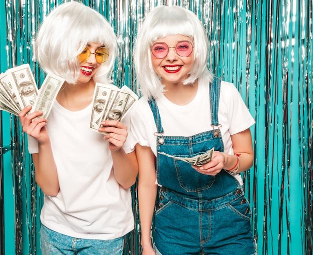 Deux Jeunes Filles Sexy Hipster En Perruques Blanches Et Lèvres Rouges.belles Femmes à La Mode En Vêtements D'été été S'amuser Photo gratuit