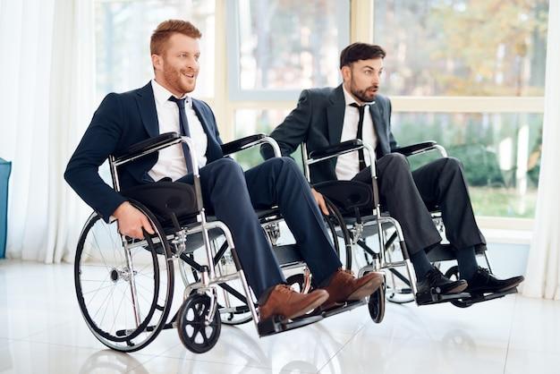 Deux jeunes handicapés en costume d'affaires. Photo Premium