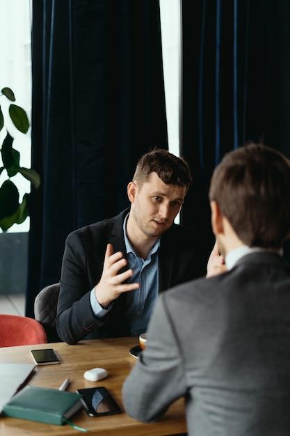 Deux Jeunes Hommes D'affaires Discutant De Quelque Chose Photo gratuit