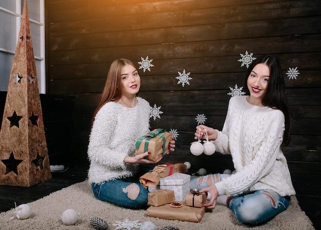 Deux Jolies Filles Avec Des Cadeaux Pour Noël Photo Premium
