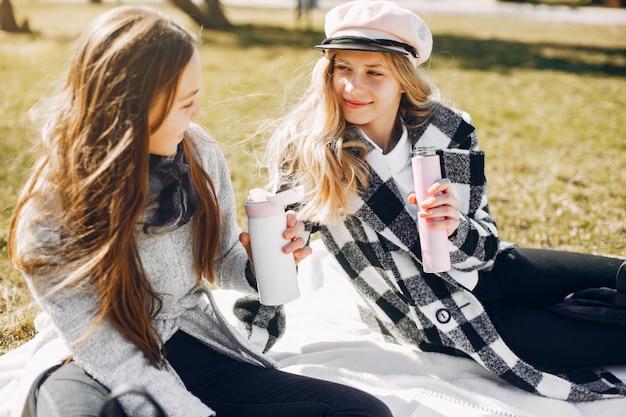 Deux jolies filles dans un parc d'été Photo gratuit