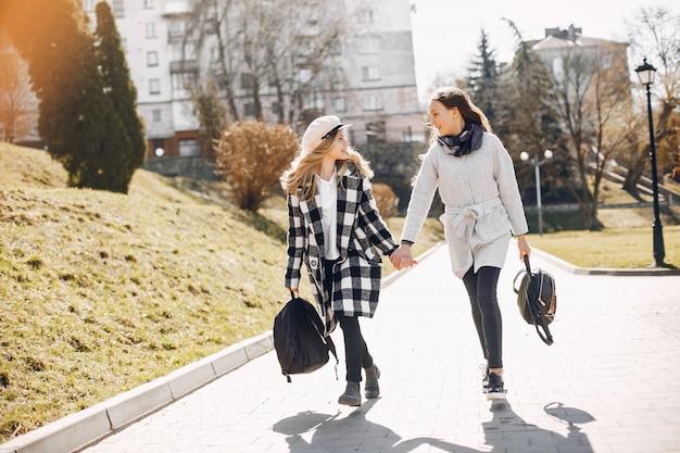 Deux jolies filles dans un parc de printemps Photo gratuit