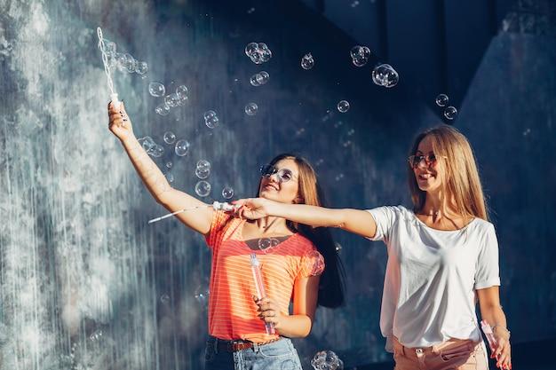 Deux jolies filles dans une ville d'été Photo gratuit