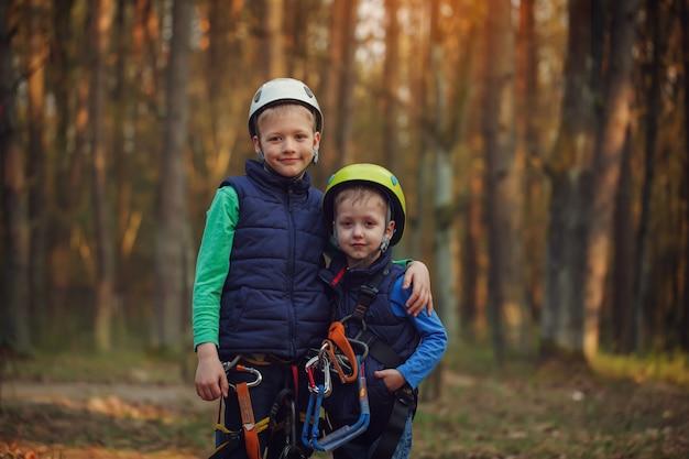 Deux joyeux frères adorables, double portrait, regardant Photo Premium
