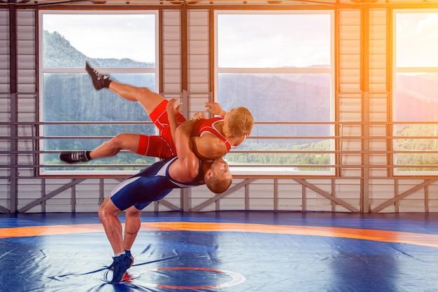 Deux lutteurs forts luttant Photo Premium