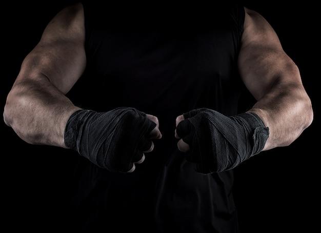 Deux mains d'hommes enveloppées dans un bandage noir, parties du corps devant le torse Photo Premium