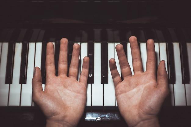 Deux mains masculines sur le piano. Photo Premium