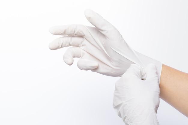 Les deux mains portent un gant en latex blanc Photo Premium