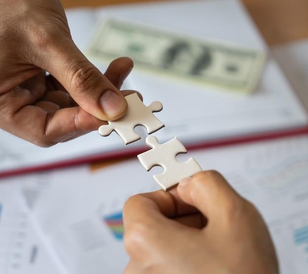 Deux mains réunissant deux puzzles Photo Premium
