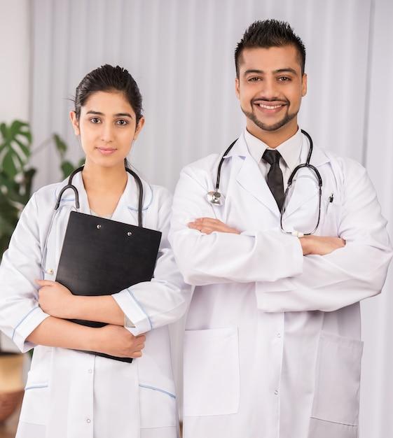 Deux médecins indiens travaillent ensemble. Photo Premium