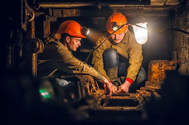 Deux Mineurs Dans La Mine Photo Premium