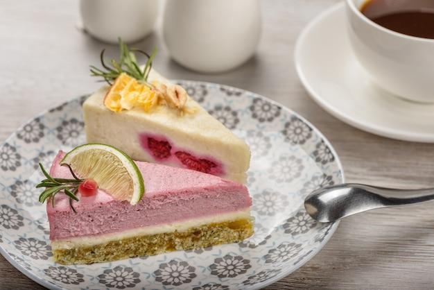 Deux Morceaux De Gâteau De Nourriture Crue Sur Une Assiette. Photo Premium