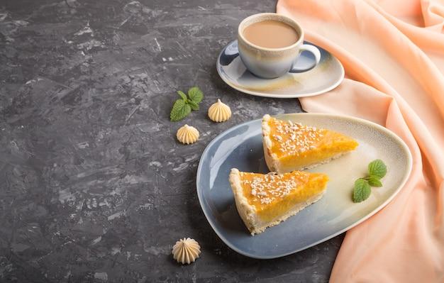 Deux Morceaux De Tarte à La Citrouille Américaine Traditionnelle Avec Une Tasse De Café. Vue De Côté, Copyspace. Photo Premium