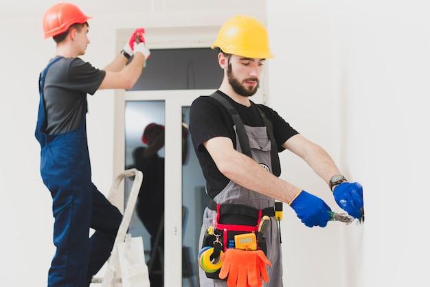 Deux mounters au travail Photo gratuit