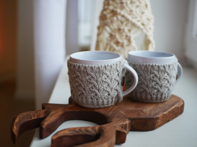 Deux Mugs Tricotés Blancs, Isolation Pour Mugs Photo Premium