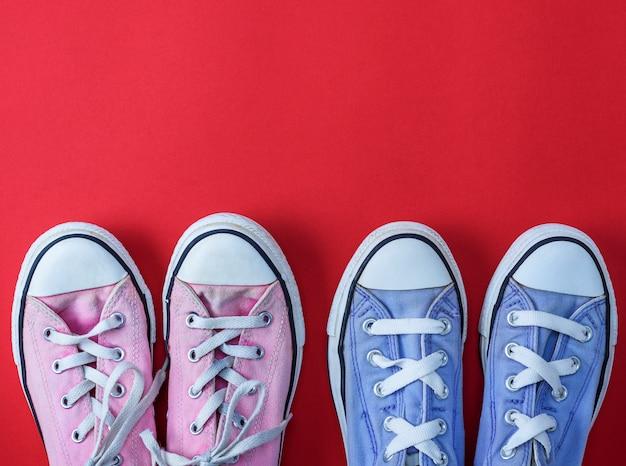 Deux paires de baskets en textile usées à lacets blancs Photo Premium